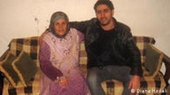 Hisham und seine Mutter im Wohnzimmer (Foto: Diana Hodali)