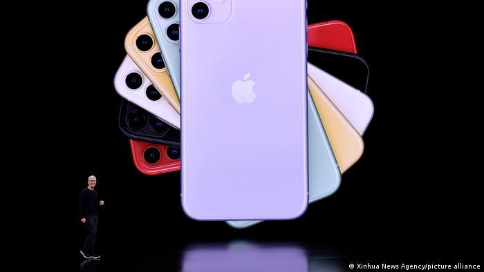 El CEO de Apple, Tim Cook, muestra los nuevos iPhones durante un evento de lanzamiento de productos en la sede de Apple en California, Estados Unidos, el 10 de septiembre de 2019.