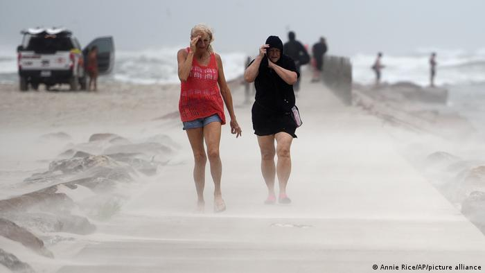 Menschen schützen sich am Strand in Texas vor einem starken Sandsturm