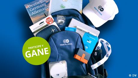 Una mochila de DW con muchos otros artículos de DW, como un libro sobre Alemania, una gorra y un cargador portátil.