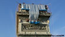 Kletterer seilen sich vom Arc de Triomphe ab, um ihn zu verhüllen