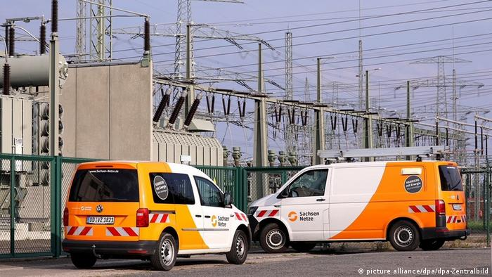 Two cars from the Saxon networks are parked in front of the Dresden-Süd transformer station. A fault in the system was the cause of a power outage in the Saxon state capital.