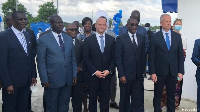 Des représentants du gouvernement, de l'entreprise Das Labor et l'ambassadeur d'Allemagne en Côte d'Ivoire.