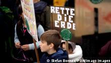 FridaysForFuture Climate-Protest DEU, Deutschland, Germany, Berlin, 11.10.2019 Demonstrantin mit Schild Rettet Die Erde auf der Demonstration von Schuelerinnen und Schueler der weltweiten Bewegung FridaysForFuture unter dem Motto Wir Streiken Bis Ihr Handelt in Berlin. Die Schueler und Studenten protestieren und streiken fuer einen radikalen Wandel der Klimapolitik, den Klimaschutz, der Einhaltung des 1,5-Grad-Ziels und dem Ausstieg aus der Kohlepolitik. Student Environmental activists with sign Save The Earth, Rettet Die Erde, during the worldwide movement FridaysForFuture, Fridays for Future, or Global Strike for Future climate protest, on August 9th, 2019 in Berlin, Germany. The protest is in favour for a radical climate change, against coal-based energy policy and the failure of older generations to address the destruction of the plan