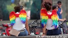 CSD Christopher Street Day in Frankfurt, Hessen, Deutschland: zwei geschmückte junge Frauen nehmen eine Auszeit.