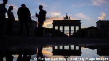 Junge Menschen stehen vor dem Brandenburger Tor in Berlin, 02.11.2020. Berlin Deutschland *** Young people standing in front of the Brandenburg Gate in Berlin, 02 11 2020 Berlin Germany Copyright: xFlorianxGaertner/photothek.netx
