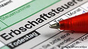 Pen resting on a tax declaration form Foto: Jens Büttner +++(c) dpa - Bildfunk+++ pixel