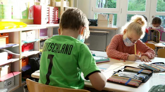 Kinder beim Unterricht