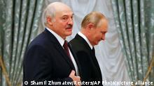 09.09.21 *** Alexander Lukaschenko (l), Präsident von Belarus, und Wladimir Putin, Präsident von Russland, gehen während einer gemeinsamen Pressekonferenz im Kreml durch den Saal. Lukaschenko ist zu Besuch in Russland. +++ dpa-Bildfunk +++
