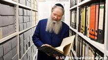 Ittai Joseph Tamari, Leiter des Zentralarchivs zur Erforschung der Geschichte der Juden in Deutschland, steht vor Beginn der Einweihung in den Räumlichkeiten des Archivs. Als wichtiger Ort der Erinnerung und Bewahrung ist das neue Zentralarchiv zur Erforschung der Geschichte der Juden in Deutschland eröffnet worden. +++ dpa-Bildfunk +++