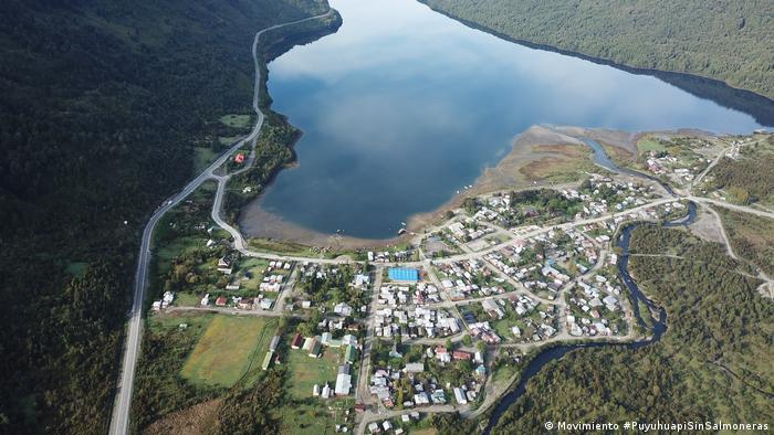El pueblo fue fundado por aventureros alemanes en 1935 y se encuentra junto al Parque Nacional Queulat, en la región de Aysén, en el sur de Chile.