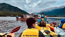 Puyuhuapi_Kayak und Puyuhuapi_Kayak2 Demonstration mit Kayak gegen Lachsfarm in Puyuhuapi. Dorf, Bucht und Fjord Puyuhuapi. Region Aysen, Patagonien, Chile. September 2021 Foto Copyright: Movimiento #PuyuhuapiSinSalmoneras