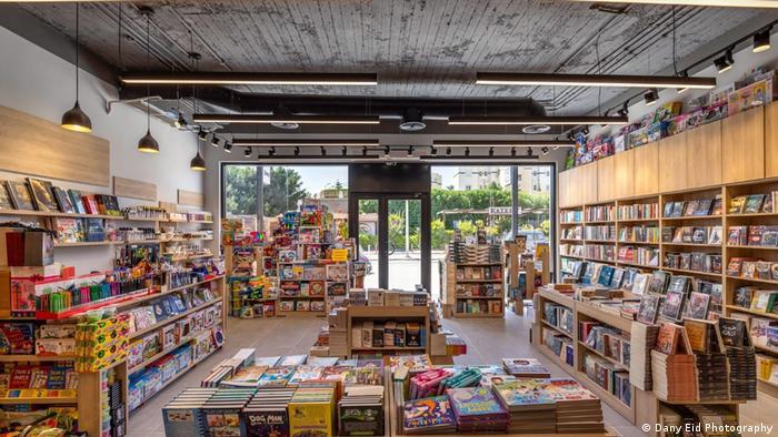 Eine Filiale der Diwan Bookstore - Buchhandlung mit vielen Regalen und Bücherstapeln, Blick nach draußen