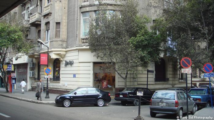 Diwan Bookstore, ein Gebäude an einer Straßenecke mit parkenden Autos davor