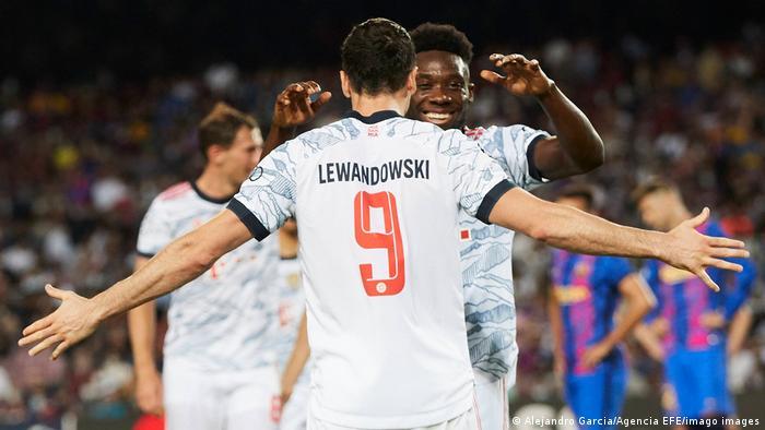ليفاندوفسكي يحتفل مع دافيز بتسجيل الهدف الثاني لبايرن في مرمى برشلونة