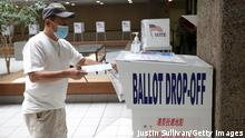 14.09.2021 SAN JOSE, CALIFORNIA - SEPTEMBER 14: A voter drops his ballot for the California recall election into a drop box at the Santa Clara County registrar of voters office on September 14, 2021 in San Jose, California. Californians are heading to the polls today to vote in the recall election of Gov. Gavin Newsom. (Photo by Justin Sullivan/Getty Images)