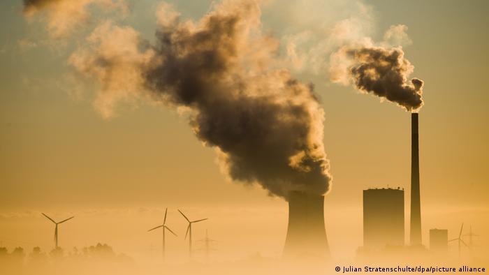 Hohenhameln, Germania: Centrale elettrica a carbone e turbina eolica.