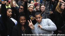 Berlin (Friedrichshain-Kreuzberg): 13. MyFest im Ortsteil Kreuzberg. Alljaehrlich findet am Maifeiertag das über die Grenzen Berlins hinaus bekannte Straßenfest statt. Zahlreiche Buehnen und Vorfuehrungen bieten ein buntes und vielfaeltiges Programm. Rund 45.000 Besucher kamen um friedlich miteinander zu feiern. Den ganzen Tag blieb es entspannt auf der Oranienstraße, wie auch auf den Plaetzen und Straßen der Umgebung. Mit Beginn der Dunkelheit ging es vereinzelt etwas ruppiger zu. Die Revolutionaere 1. Mai-Demo blieb ueberwiegend friedlich, es kam nur vereinzelt zu Festnahmen. | Verwendung weltweit