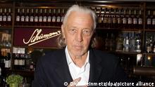 ARCHIV - Der legendäre Münchner Bar-Mann Charles Schumann steht am 12.02.2017 im Soho-Haus in Berlin an der Theke der temporären Schumann's-Bar, die während der Berlinale dort für drei Tage eingerichtet wurde. (zu dpa «Bar-Legende Charles Schumann:«EinCocktail muss lachen»» vom 10.10.2017) Foto: Dirk Steinmetz/dpa +++ dpa-Bildfunk +++