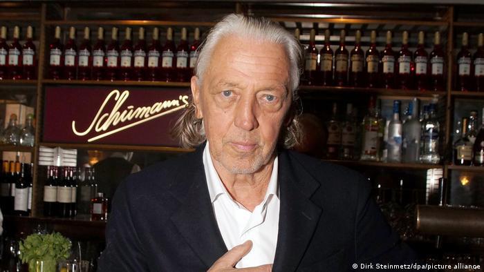 Чарльз Шуман в своем баре