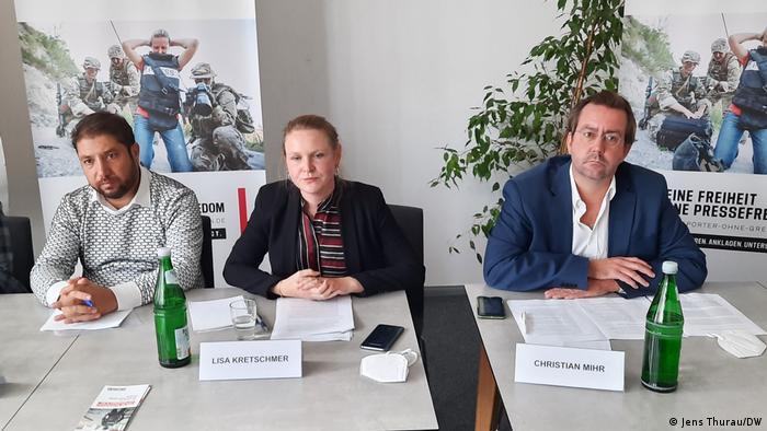 Ahmad Wahid Payman (izq.) junto a Lisa Kretschner y Christian Mihr, de Reporteros sin Fronteras.