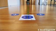 Richtungsmarkierungen auf dem Fußboden im Gebäude des Europäischen Parlaments in Straßburg, Symbolbild für Kommentar. ***15.09.21