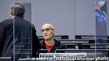 2021-09-15 09:31:44 DEN HAAG - Salih Mustafa (R) und sein Anwalt Julius von Bone (L) zu Beginn seines Prozesses vor dem Kosovo-Tribunal. Der Verdächtige war während des Kosovo-Konflikts 1998/99 ein hochrangiger Kommandeur der Kosovo-Befreiungsarmee (UK). ANP POOL ROBIN VAN LONKHUIJSEN