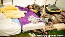 15/09/2021 *** Jakob liegt am Morgen auf einem Matratzenlager in einem Zelt eines Protestcamps im Regierungsviertel. Der Aktivist befindet sich seit 17 Tagen im Hungerstreik für den Klimaschutz und will zusammen mit weiteren Hungerstreikenden ein Treffen mit den drei Kanzlerkandidaten erreichen. +++ dpa-Bildfunk +++