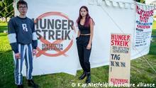 14.09.2021, Berlin: Lina Eichler (l) und Mephisto stehen vor einem Camp in der Nähe des Reichstagsgebäudes. Beide befinden sich seit 16 Tagen im Hungerstreik für Klimaschutz und wollen mit der Aktion ein Treffen mit den drei Kanzlerkandidaten erreichen. Foto: Kay Nietfeld/dpa +++ dpa-Bildfunk +++