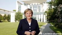 Nur für die abgesprochene Berichterstattung! *** Bundeskanzlerin Angela Merkel im Garten den Kanzleramt, vor den Kanzleramt am 27.07.2006 Foto:Laurence Chaperon Dresdner Bank BLZ 37080040 KTO 265575500