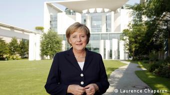Ангела Меркель на фоне здания ведомства федерального канцлера, в котором она проработала 16 лет