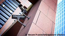 Videoüberwachung an einem Gebäude in Frankfurt am Main (Hessen), aufgenommen am 05.01.2017. Die hessische Landesregierung treibt ihre Pläne für einen Ausbau der Videoüberwachung voran. (zu dpa «Saar-Innenminister dringt auf biometrische Videoüberwachung» vom 12.01.2017) Foto: Susann Prautsch/dpa +++ dpa-Bildfunk +++