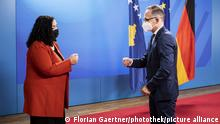 15.09.21 *** Heiko Maas (R), Bundesaussenminister, trifft Vjosa Osmani (L), Praesidentin des Kosovo, zu einem Gespraech in Berlin, 15.09.2021.
