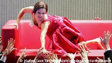 ABD0087_20200423 - SALZBURG - ÖSTERREICH: ++ ARCHIVBILD ++ ZU APA0234 VOM 23.4.2020 - Die Salzburger Festspiele fanden 1920 das erste Mal statt. Ob das 100-Jahr-Jubiläum heuer wie geplant mit einem umfangreichen Festspiel-Programm gefeiert werden kann, ist durch die Einschränkungen der Coronakrise allerdings noch ungewiss. Im Bild Anna Netrebko als Violetta Valery in Giuseppe Verdis Oper La Traviata waehrend der Fotoprobe am Dienstag, 02. August 2005, im Grossen Festspielhaus in Salzburg. Die Oper unter der Regie von Willy Decker hat am 07. August 2005 im Rahmen der Salzburger Festspiele Premiere. (ARCHIVBILD VOM 2.8.2005) - FOTO: APA/HANS KLAUS TECHT - 20050802_PD4247