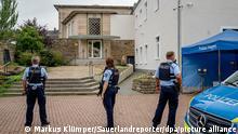 16.09.21 *** Bewaffnete Polizisten stehen vor der Synagoge in Hagen. Nach dem Polizeieinsatz an der Synagoge in Hagen hat es nach Informationen der Deutschen Presse-Agentur mehrere Festnahmen gegeben. +++ dpa-Bildfunk +++