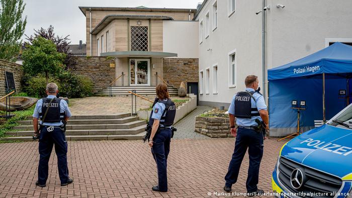 Bewaffnete Polizisten müssen die Synagoge in Hagen schützen