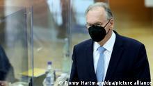 16.09.21 *** Reiner Haseloff (CDU), amtierender Ministerpräsident von Sachsen-Anhalt, läuft während der konstituierenden Sitzung der neuen Landesregierung im Landtag von Sachsen-Anhalt durch den Plenarsaal. Haseloff stellt sich zur Wiederwahl als Ministerpräsident. Er fiel im ersten Wahlgang durch.