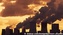Emissionen und globale Erwärmung. Emissions and Global Warming - A panoramic image of a coal-fired power plant.