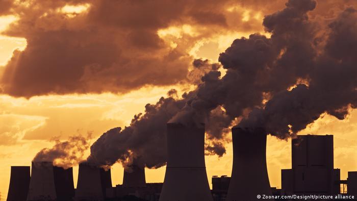 Usinas de carvão soltando fumaça