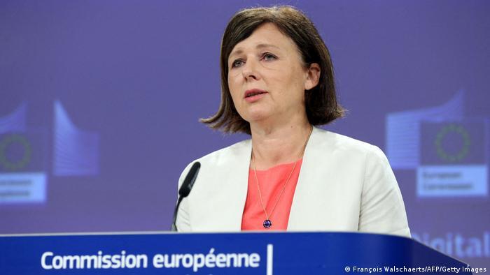 Oczekujemy, że państwa UE będą energicznie badać i ścigać wszystkie przestępstwa przeciwko dziennikarzom - powiedziała komisarz Vera Jurova