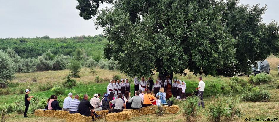 Săteni din Volintiri la un concert de muzică populară