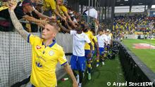 DAC players applaud their fans after a 1-1 draw against rivals Slovan Bratislava. Thema: DAC, a football team in the ethnic Hungarian city of Dunajska Streda, is causing a stir in Slovakia's top flight. DW, Arpad Szoczi