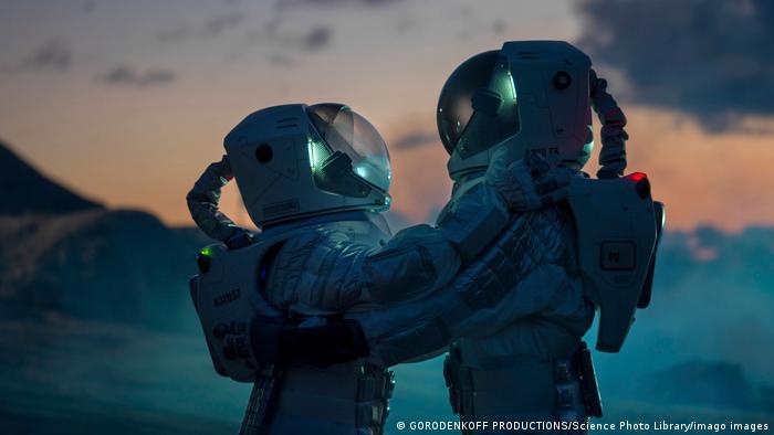 Zwei Astronauten umarmen sich
