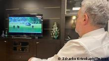 ***Nur zur abgesprochenen Berichterstattung von Radomir Krackovic**** Foto des montenegrinischen Premierministers Zdravko Krivokapic, der im Fernsehen die Landung des Hubschraubers mit Joanikije und Porfirije beobachtet