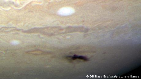 Foto del lugar de impacto y la salpicadura de material de un pequeño objeto que se precipitó en la atmósfera de Júpiter y se desintegró en 2009.