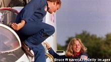 KENNEDY SPACE CENTER, FL - SEPTEMBER 9: Payload Commander Mark Lee (L) and Mission Specialist Jan Davis climb out of their T-38 jet 09 September, 1992 after arriving at Kennedy Space Center. Lee and Davis will be the first married couple to fly together in space once the shuttle Endeavour is launched 12 September. (Photo credit should read BRUCE WEAVER/AFP via Getty Images)