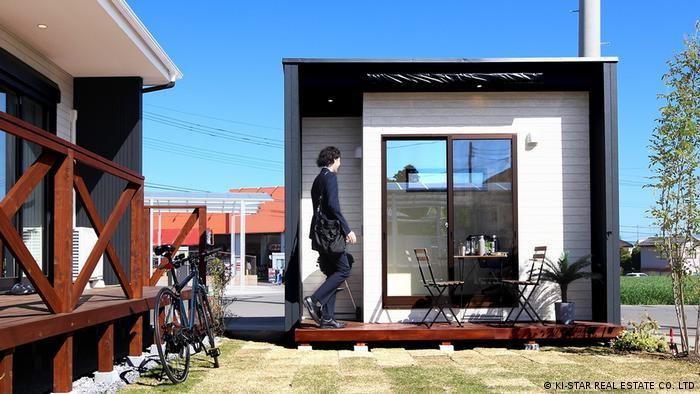 La versión de estudio, con un precio más elevado, ofrece más espacio interior y características similares a las del hogar, como un banco de estudio, una ventana lateral y puertas correderas de cristal.