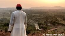"""Der Kardinal Nzapalainga zu sehen in dem Film """"SÍRÍRÍ"""" von dem Regisseur Manuel von Stürler. Autor : Schnitt von dem Film """"SÍRÍRÍ"""", Datum : Unbekannt Ort : Zentralafrikanischen Republik"""