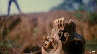 Crânio de ruandês morto encontrado em vala comum em 1997