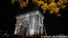 15.9.2021, Paris*** Arbeiter verhüllen den Triumphbogen. Das Projekt «L'Arc de Triomphe, Wrapped» von Christo und Jeanne-Claude, verstorbenes Künstler-Ehepaar, wird vom 18. September 2021 bis zum 3. Oktober 2021 zu sehen sein. 25.000 Quadratmeter Stoff in silbrigem Blau und 3.000 Meter rotes Seil werden das berühmte Pariser Monument umhüllen. +++ dpa-Bildfunk +++